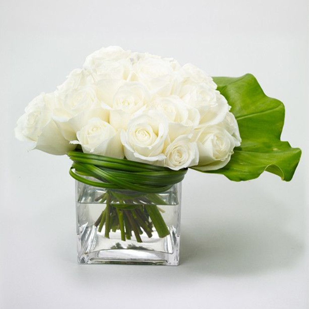15 white Rose with glass vase