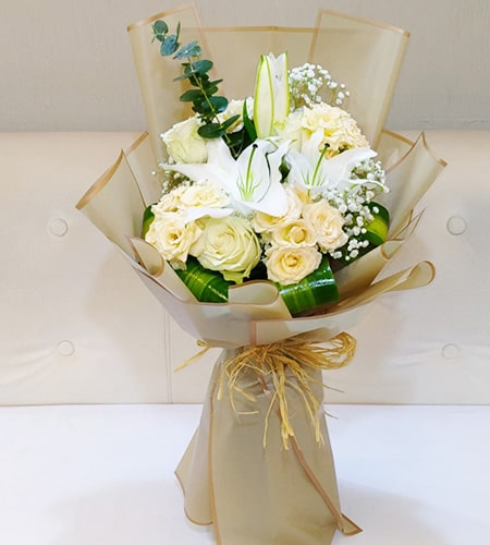 Classy roses bouquet with nice wrapping